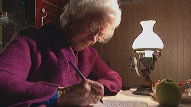 Marie Faivre, une retraitée écrivaine en 2000. [RTS]