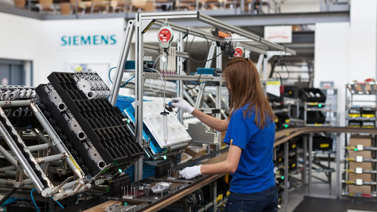 """Les employés suisses de Siemens devront travailler 5h de plus par semaine pour que l'entreprise puisse """"rester compétitive"""". [KEYSTONE/Gaetan Bally - Keystone]"""