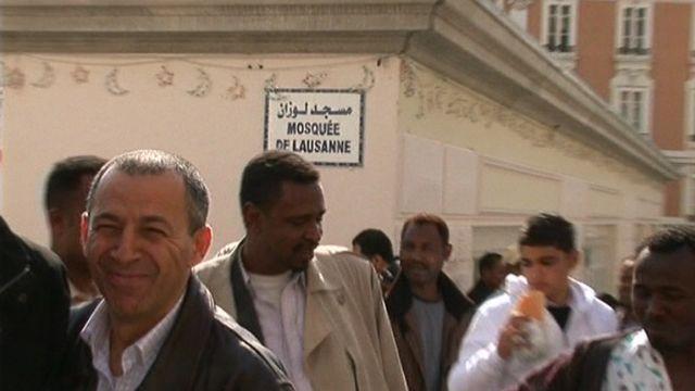 Sortie de mosquée à Lausanne en 2009. [RTS]