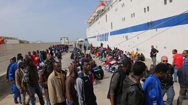 Un afflux sans précédent de migrants est enregistré en Méditerranée, ici vendredi à Lampedusa (Sicile). [AP]