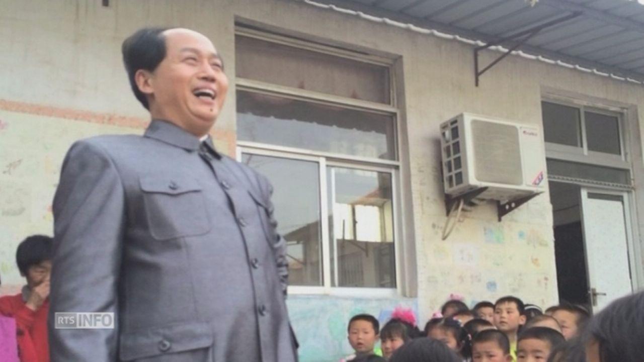 Un sosie officiel de Mao Zedong visite une école en Chine [RTS]