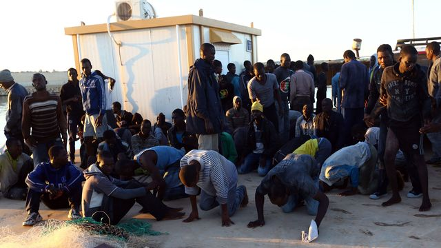Des migrants sub-sahariens arrivés dans la ville portuaire lybienne de Guarabouli, novembre 2014. [Mahmud Turkia - AFP]