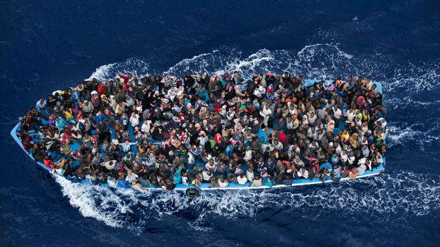 L'opération Mare Nostrum a permis de sauver des milliers de vie, notamment les migrants de ce navire secouru à 20 mils de la Libye. [Massimo Sestini - Keystone]