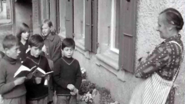 Les enfants des écoles annoncent le 1er mai en chanson.