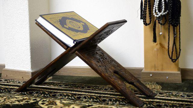 Des chapelets musulmans et un coran de la salle de prière de la nouvelle mosquée de l'Association culturelle musulmane de Payerne. [Laurent Gillieron - Keystone]
