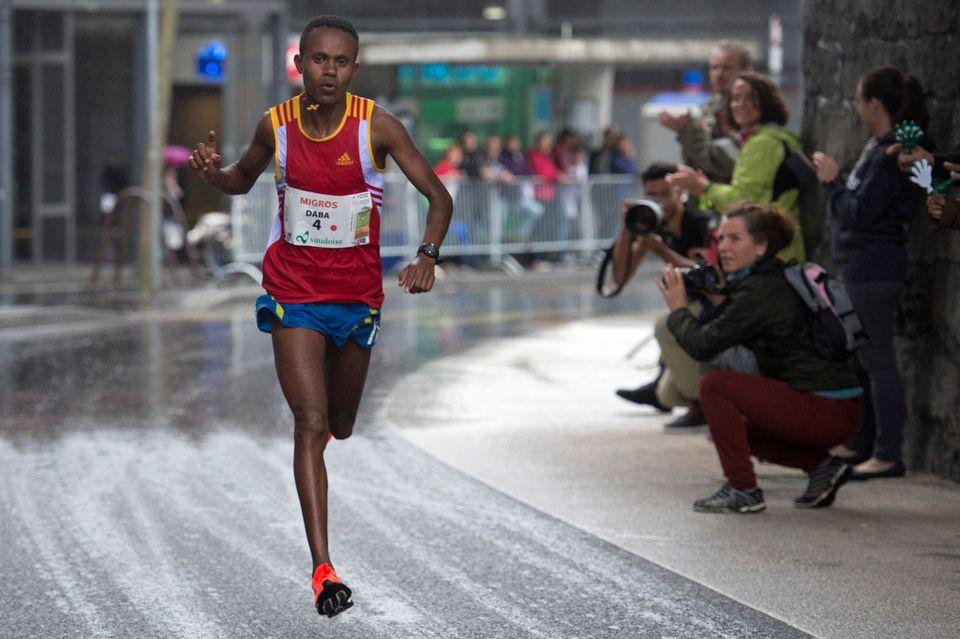Daba Temesgen est devenu le 1er homme à courir cette épreuve à plus de 20km/h de moyenne. [Sandro Campardo]