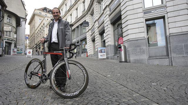 Richard Chassot pose dans la rue du Petit-Chêne à Lausanne où aura lieu la dernière étape. [Jean-Christophe Bott - Keystone]
