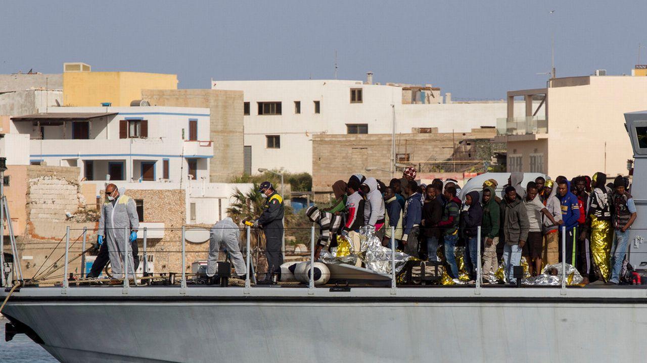 Des migrants africains secourus arrivent sur l'île italienne de Lampedusa. [Mauro Buccarello - AP Photo]