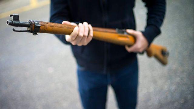 Le projet de loi prévoit l'enregistrement obligatoire de toutes les armes à feu dans un délai de deux ans. [Olivier Maire - Keystone]