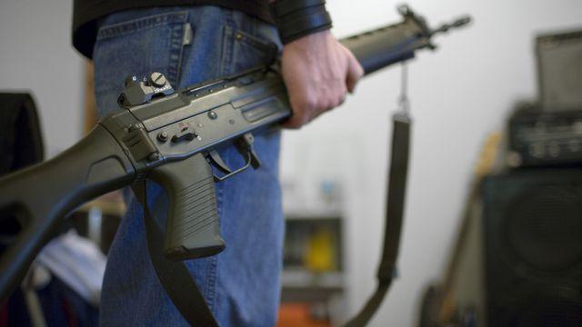 Les Suisses ne devront pas obligatoirement enregistrer leurs armes personnelles. [Martin Ruetschi - Keystone]