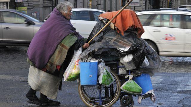 Le seuil de pauvreté relative a été fixé pour l'année 2012 à un revenu de 990,88 euros (1227 francs) pour une famille de deux membres. [Bob Dewel/Only World - AFP]