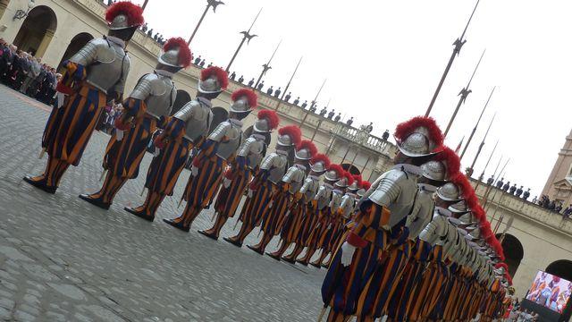 La prestation de serment des 32 nouveaux gardes, dont huit Valaisans, a eu lieu dans la cour Saint-Damase au Vatican. [Marie Giovanola - RTS]
