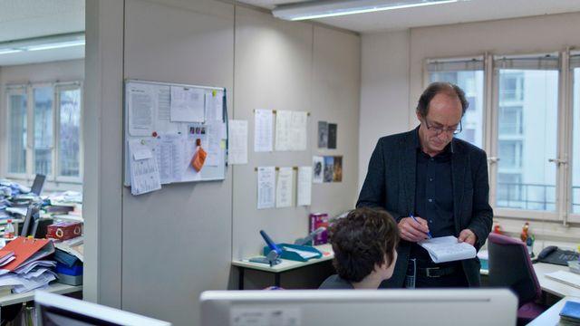 "Louis Ruffieux dans les bureaux de ""La Liberté"". [Gaëtan Bally - Keystone]"