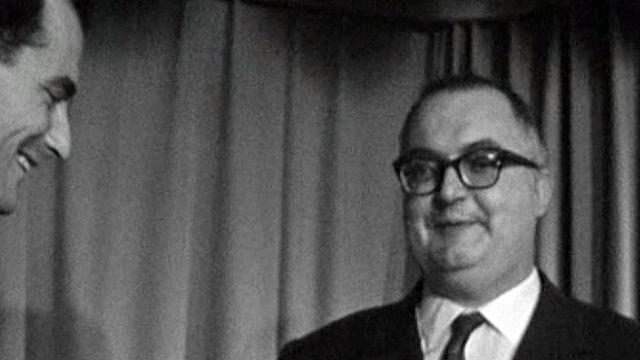 Friedrich Dürrenmatt reçoit un prix pour son roman La Panne