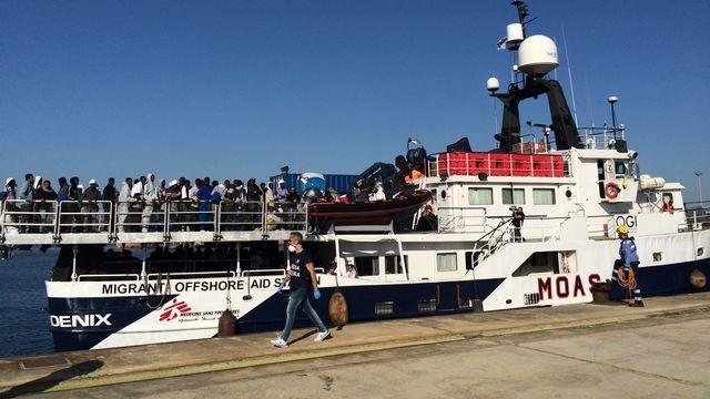 Arrivée du bateau Phoenix dans le port d'Augusta, en Sicile avec plus de 100 migrants à bord. [Francesca Argiroffo - RTS]