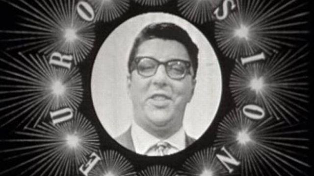 Hazy Osterwald, sur des airs de cha cha cha, pastiche l'Eurovision en 1962. [RTS]
