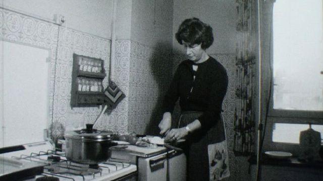 Yvonne L'Huillier lors de l'enregistrement de la séquence culinaire de l'émission Actualité au féminin, 1971 [RTS]