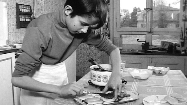 Le petit Marc-André L'Huillier prépare un pavé au chocolat, 1969. [RTS]