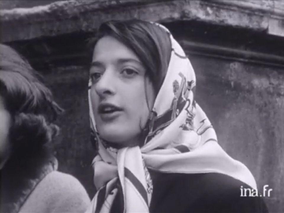A la porte du Louvre - 15 avril 1963. [INA]