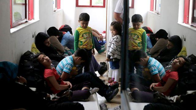 Des migrants prennent un peu de repos dans un hôtel désaffecté sur l'île de Kos, en Grèce, le mercredi 27 mai 2015. [AP Photo/Petros Giannakouris]