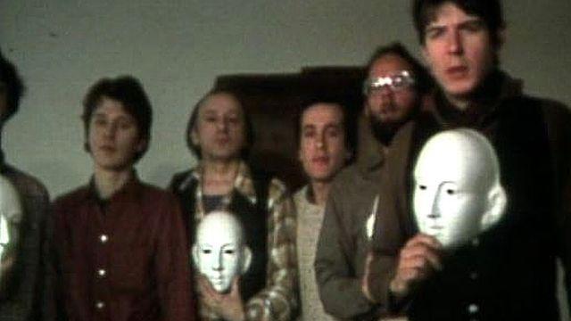 Les activistes du Groupe homosexuel genevois tombent le masque, 1980. [RTS]