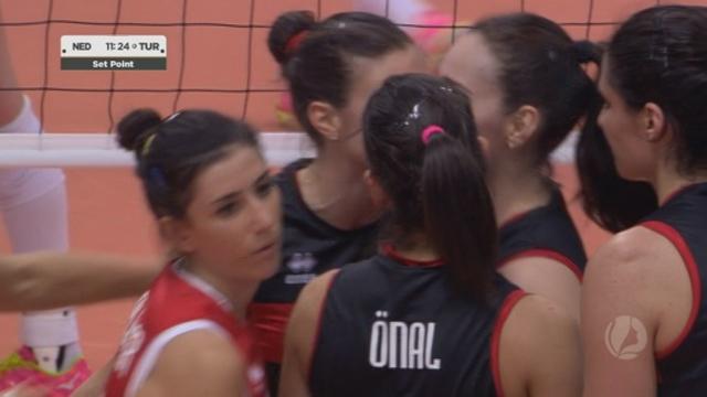 Demi-finale, Pays-Bas – Turquie (27-29 25-23 12-25). Les Turques débordent complètement les Néerlandaises dans le 2e set pour mener 2 manches à 1 [RTS]