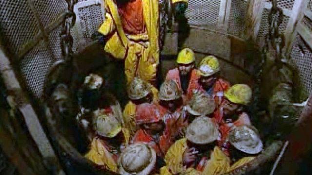 Les ouvriers se relaient sans répit pour percer la montagne.