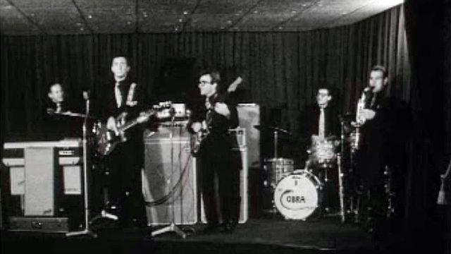 Le groupe Cobra chauffe la salle dans un club de Saint-Moritz.