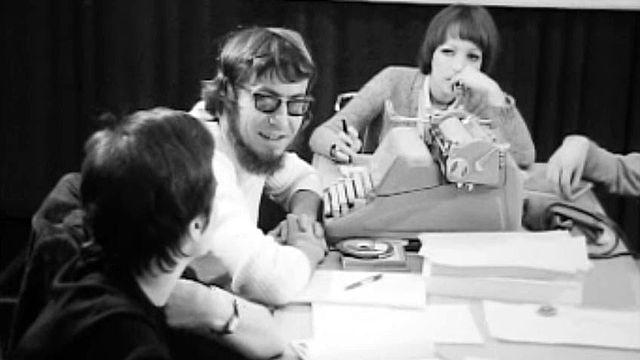 Jean-Charles et son équipe préparent le journal de midi de la Radio en 1972. [RTS]