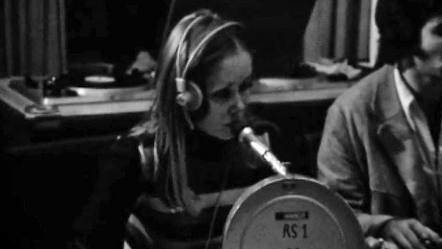 La scripte Colette Pittier contrôle le déroulement de l'émission Carrefour en 1971. [RTS]