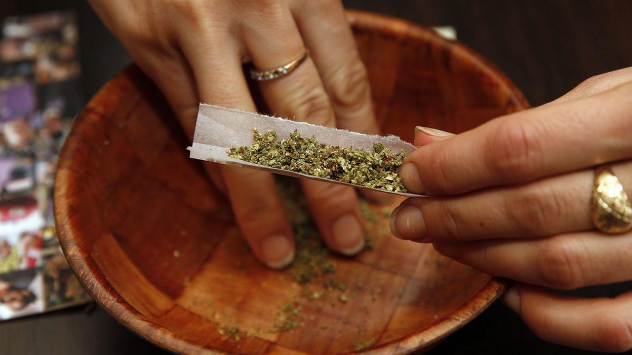 Les jeunes consommateurs ne savent souvent pas si le cannabis qu'ils consomment est fort en THC ou non. [Alex Brandon - Keystone]