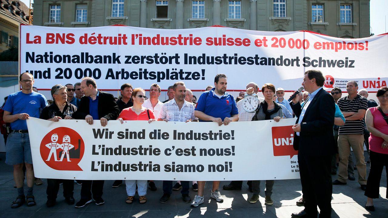 L'action devant la BNS a été menée par une soixantaine de délégués d'Unia, menés par le conseiller national Corrado Pardini. [Peter Klaunzer - Keystone]