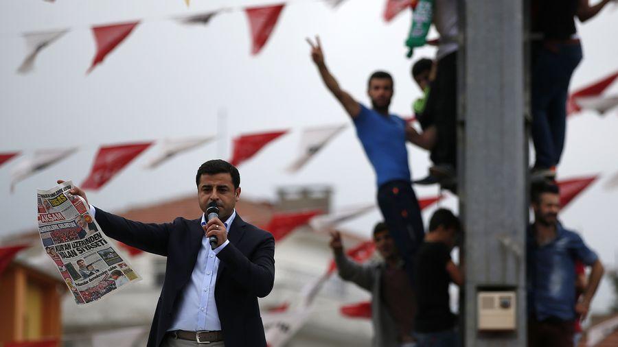 Selahattin Demirtas, co-président du Parti démocratique du peuple (HDP) pro-kurde, lors d'un meeting électoral à Istanbul le 6 juin 2015