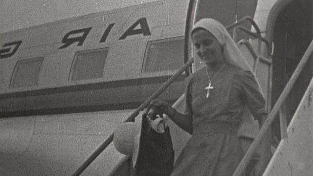 Soeur Marie-Bernard rentrant de Guinée en Suisse, en 1962. [RTS]