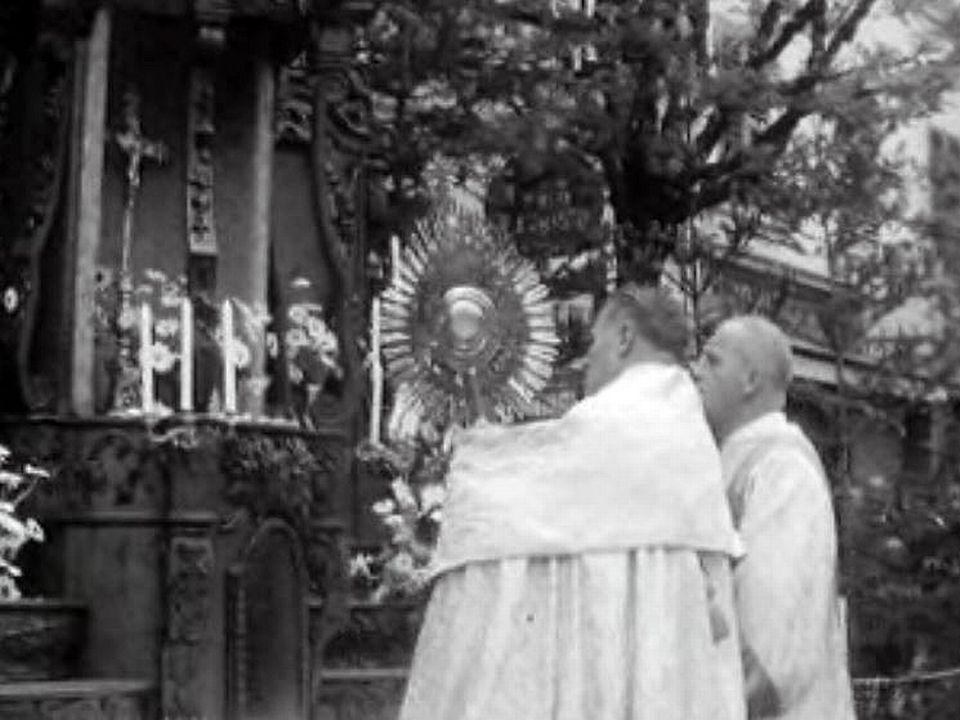 La procession de la Fête-Dieu, un rite immuable en terre catholique.