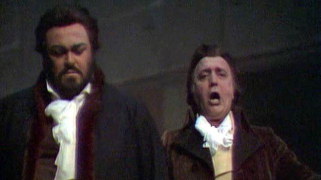 Danielle Borst dans le rôle d'Oscar avec Luciano Pavarotti.