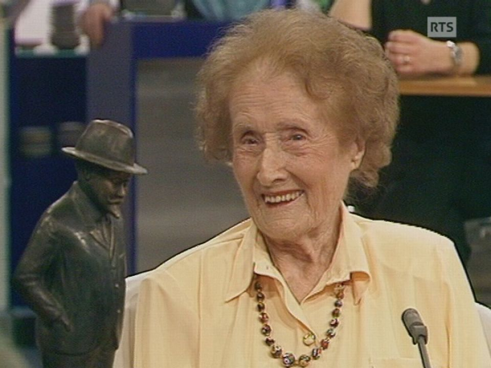 Edith Naef, élève d'Emile Jaques-Dalcroze, 101 ans, en 1999. [TSR]