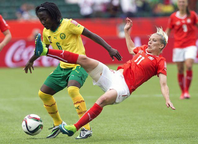 Francine Zouga aux prises avec Lara Dickenmann lors du match Suisse-Cameroun pour la Coupe du Monde féminine 2015.  [Jason Franson]
