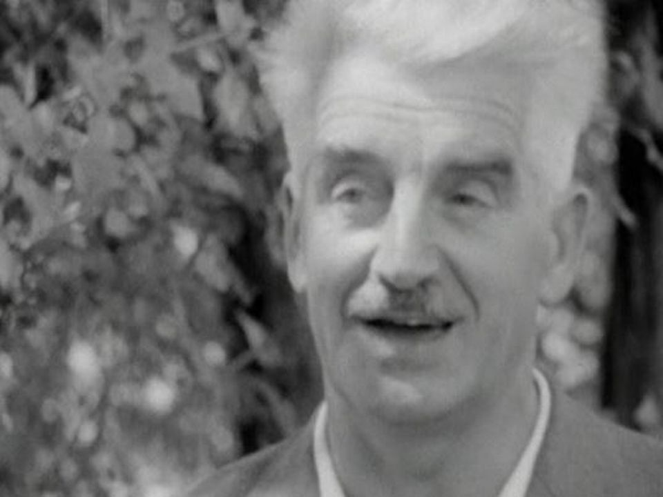 Guido Tonella, journaliste, dans l'émission Carrefour en 1964. [RTS]