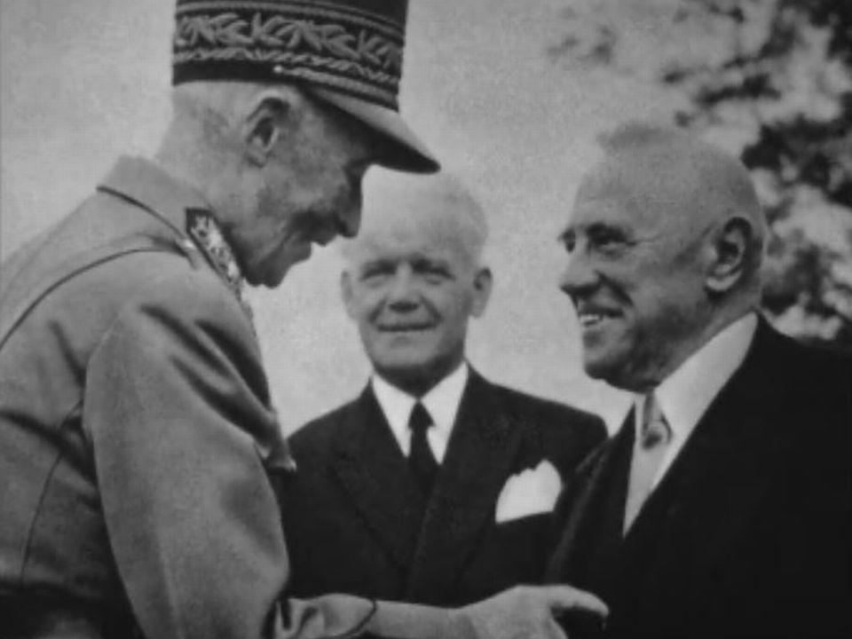 Le général Guisan saluant le conseiller fédéral Rudolf Minger. [RTS]