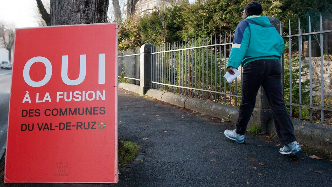 Une affiche en faveur de la fusion des communes du Val-de-Ruz, installée dans le village de Cernier, Neuchâtel, le vendredi 25 novembre 2011.  [Sandro Campardo - Keystone]