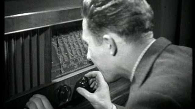 Le poste radio au centre de la vie de la famille dans les années 50. [RTS]