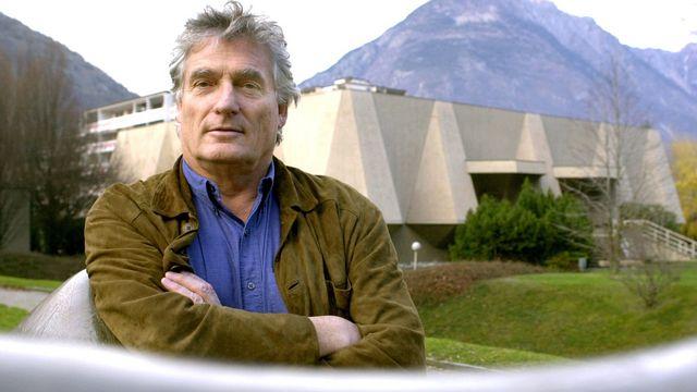 Léonard Gianadda devant sa Fondation à Martigny en 2000. [Andrée-Noëlle Pot - Keystone]