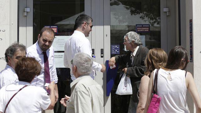Les banques grecques sont toujours portes closes (ici, à Athènes). [Petr David Josek - AP/Keystone]