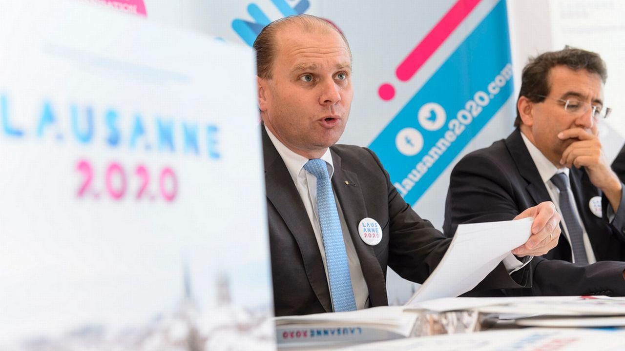 Les conseillers d'Etat Philippe Leuba (gauche) et Pascal Broulis font le point sur la candidature de Lausanne 2020 aux Jeux olympiques d'hiver de la Jeunesse 2020. [Jean-Christophe Bott - Keystone]