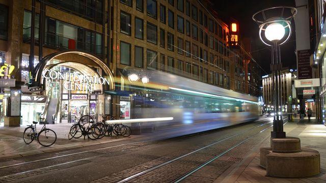Un tram dans la rue de la Confédération, l'une des principales artères commerçantes de Genève. [Yves Merckx - CC BY-NC-ND 2.0]