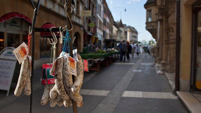 Les commerces anciens se maintiennent dans les centres des villes suisses. [Gaëtan Bally - Keystone]