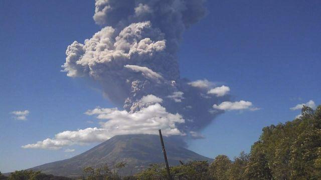 Au Salvador, l'éruption du Chaparrastique le 29 décembre 2013 produit une épaisse colonne de gaz et de cendres montant à de plus de 5'000 mètres dans les airs. [Alexander Berrio - Keystone]