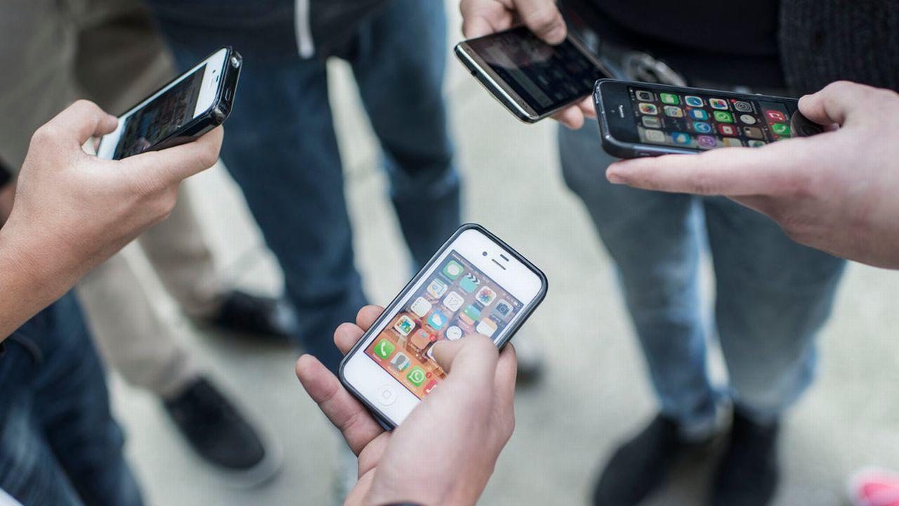 Le smartphone est devenu l'outil privilégié des adolescents. [Christian Beutler - Keystone]