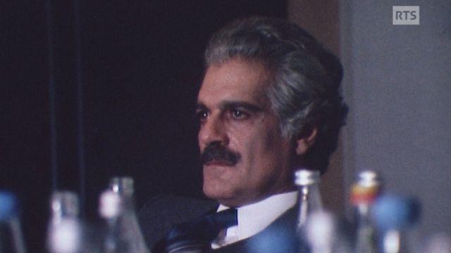 """Omar Sharif sur le tournage du film """"La martingale"""" en 1983. [RTS]"""
